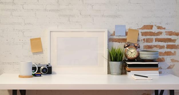 Cadre maquette avec appareil photo vintage