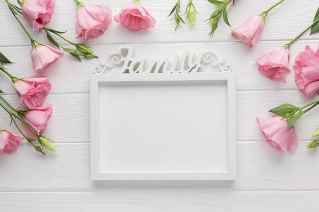 Cadre de maquette avec des roses roses