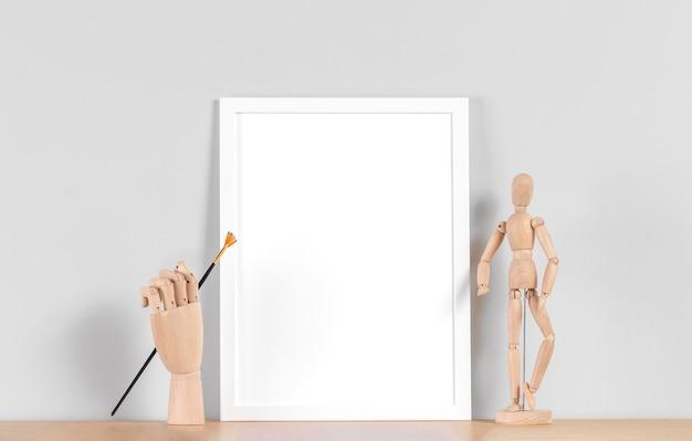 Cadre maquette sur table à côté du corps humain