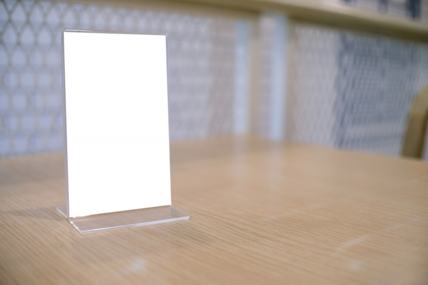 Cadre de menu debout sur une table en bois dans le café du restaurant bar. espace pour les promoteurs de marketing de texte