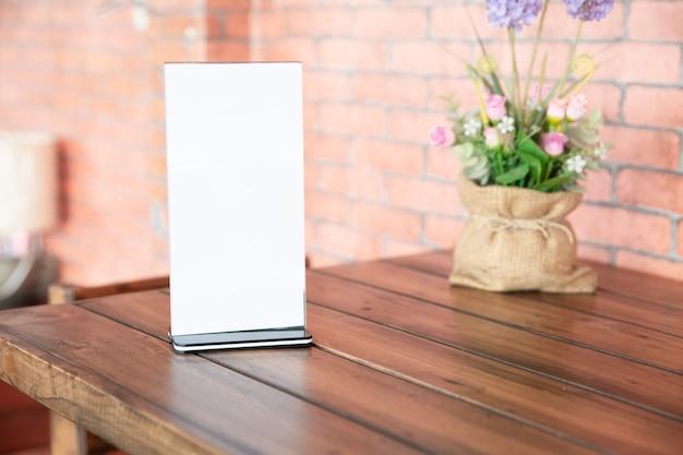 Cadre de menu debout sur une table en bois dans un café. espace pour le texte.