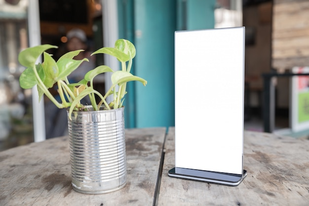 Cadre de menu debout sur une table en bois