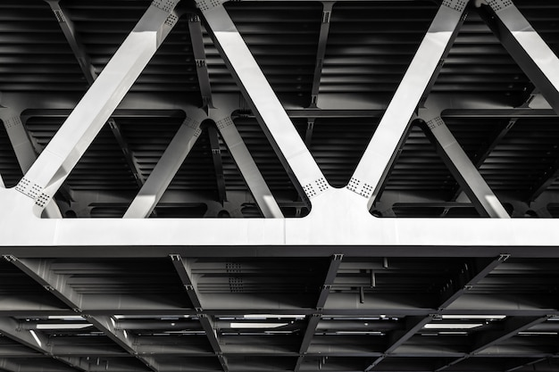 Cadre en métal gris du pont. construction industrielle