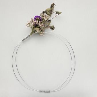 Cadre métallique de bouquet de fleurs sur fond gris