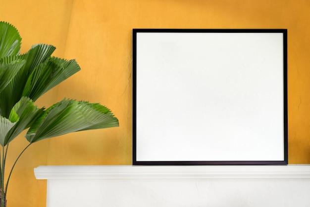 Cadre sur un meuble blanc