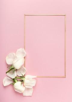 Cadre minimaliste mignon et pétales de roses blanches