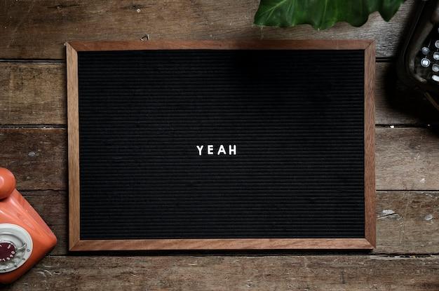 Cadre avec mot ouais sur table en bois