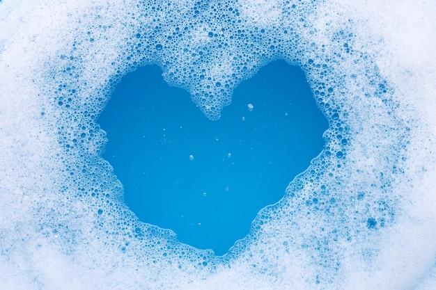 Cadre en mousse à bulles détergente. forme de coeur