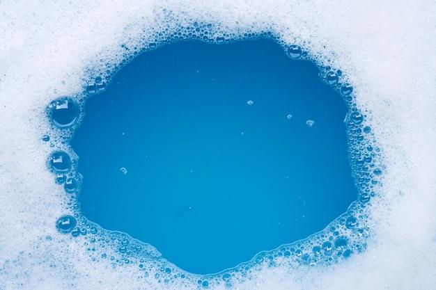 Cadre en mousse à bulles détergente. vue de dessus