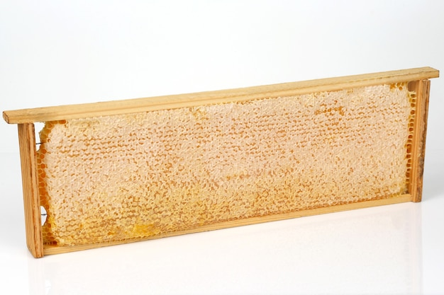 Cadre en nid d'abeille sur un blanc