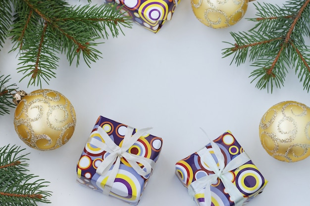 Cadre de noël avec des cadeaux et des globes dorés