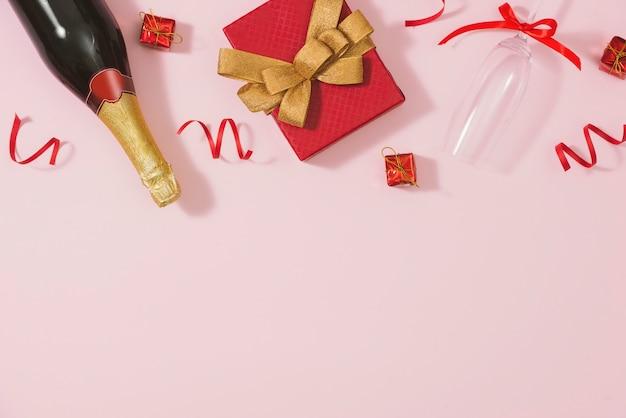 Cadre de noël. cadeaux de noël, arcs, décoration. mise à plat, vue de dessus