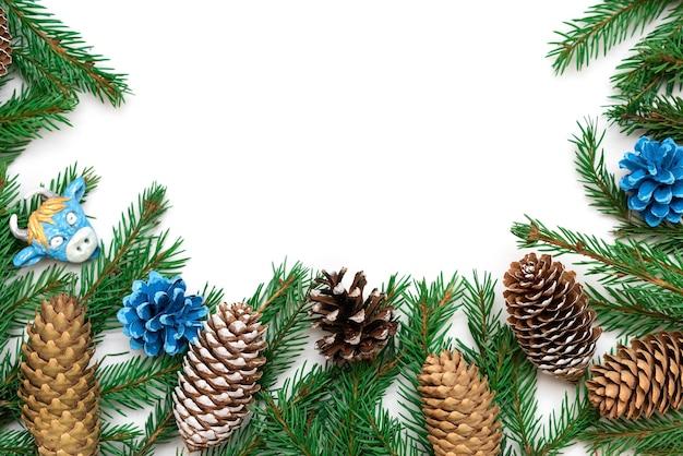 Cadre de noël composé de branches et de cônes de sapin.