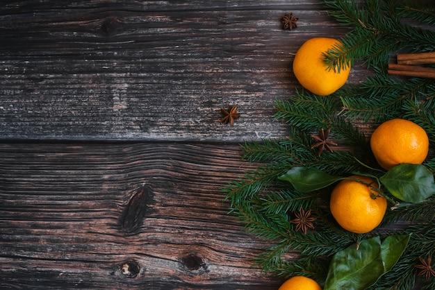 Cadre de noël décoratif de mandarines, branches de sapin, cannelle, anis étoilé.