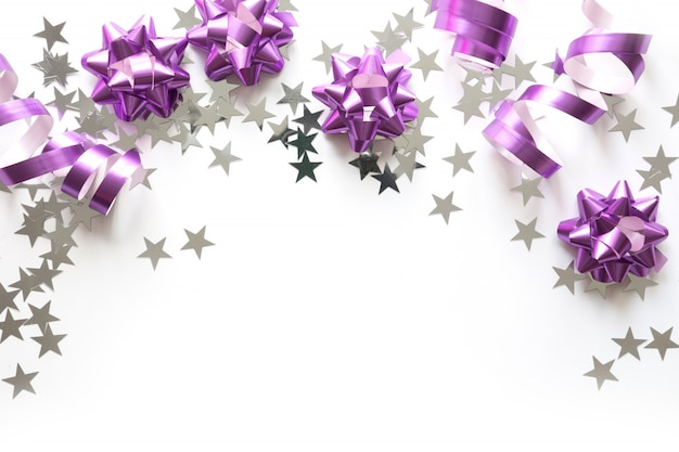 Cadre de noël de décoration pastel argentée et rose, boules, guirlandes et étoiles sur fond blanc
