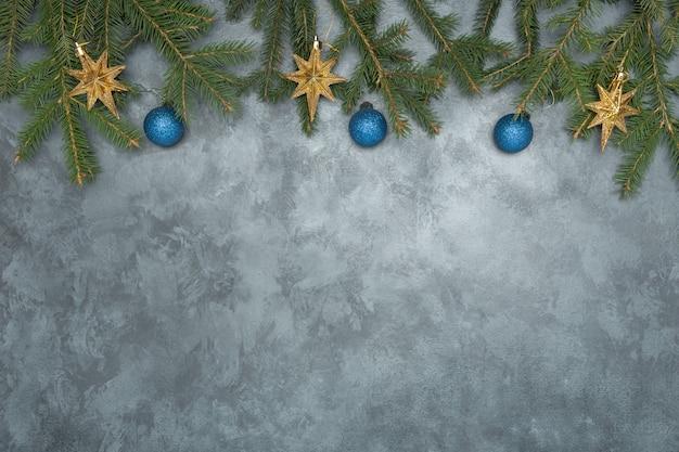 Cadre de noël avec des décorations sur fond de béton bleu foncé