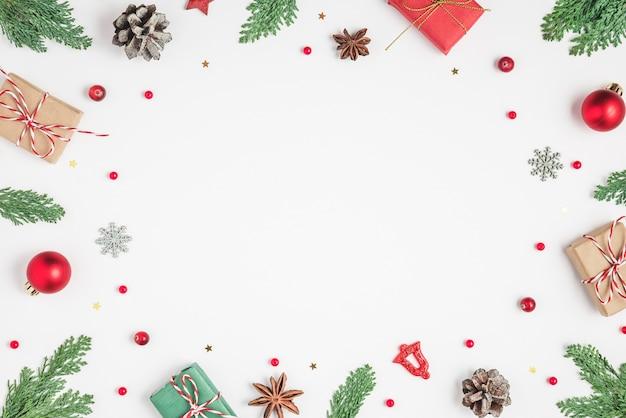 Cadre de noël fait de branches de sapin coffrets cadeaux décorations de vacances rouges et pommes de pin