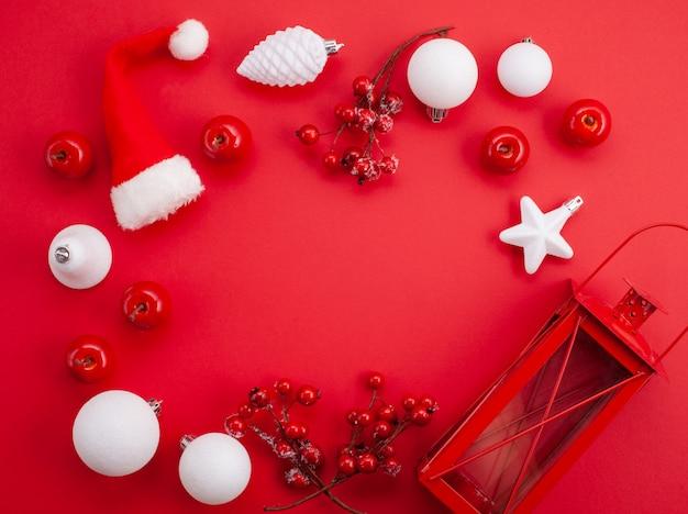Cadre de noël festif sur le fond rouge