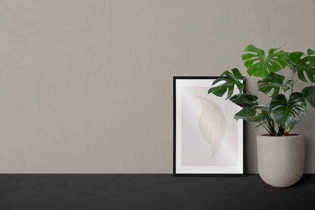 Cadre noir minimal contre un mur