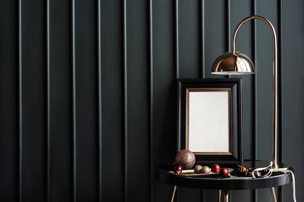 Cadre noir sur une table avec des décorations de noël