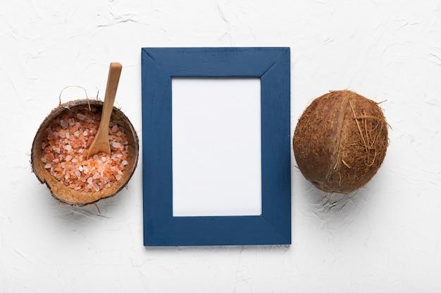 Cadre avec noix de coco et sel minéral