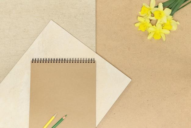 Cadre de notes de papier d'artisanat sur fond en bois beige