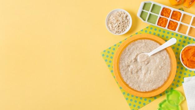 Cadre de nourriture pour bébé sur fond jaune