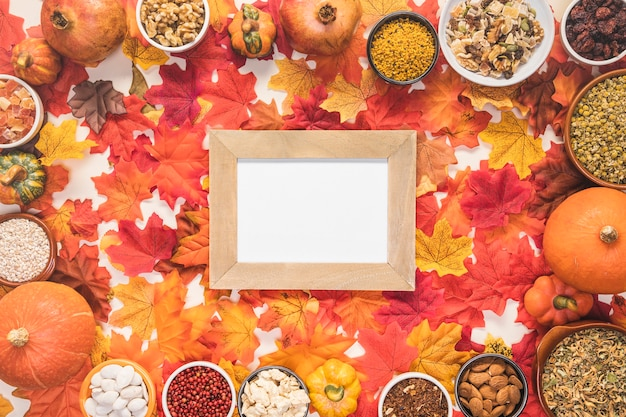Cadre de nourriture vue de dessus sur fond de feuilles
