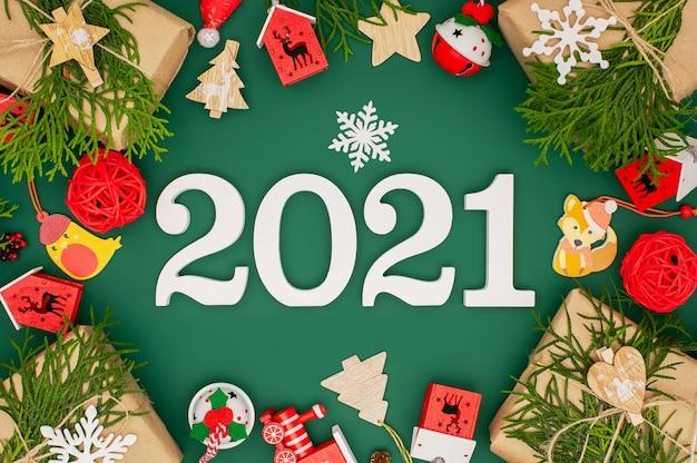 Cadre de nouvel an 2021 fait avec des jouets en bois sur vert