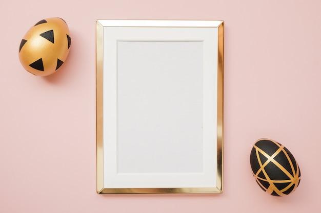 Cadre avec des oeufs de pâques d'or avec espace de copie