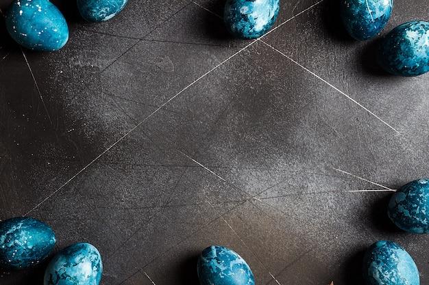 Cadre d'oeufs de pâques peint à la main en bleu