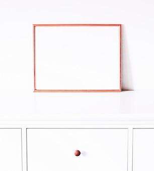 Cadre en or rose sur la décoration et la conception de meubles blancs pour la maison de luxe pour l'impression et l'imprim...