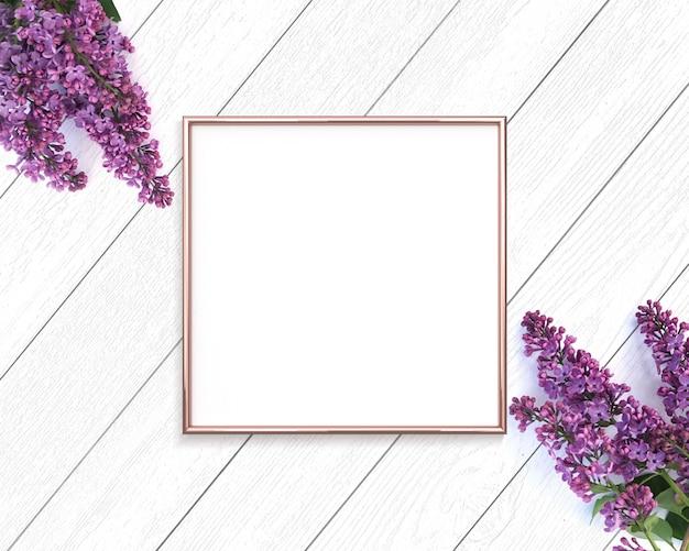 Cadre en or rose et fleurs lilas sur un fond en bois