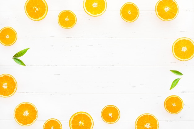 Cadre d'oranges fraîches sur fond blanc