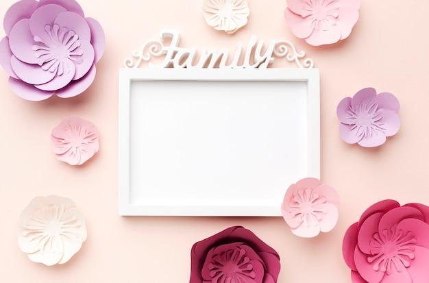 Cadre avec ornement en papier floral à côté