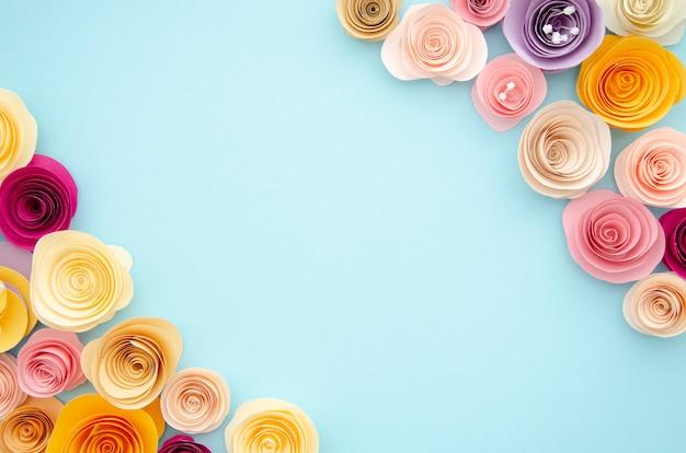 Cadre ornemental coloré avec des fleurs en papier