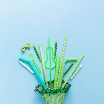 Cadre d'ornements de fête verte avec espace copie