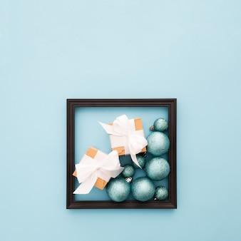 Cadre avec des ornements de noël
