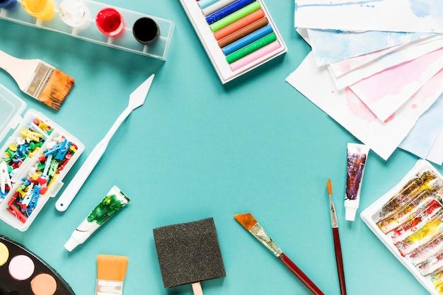 Cadre avec outils d'artiste