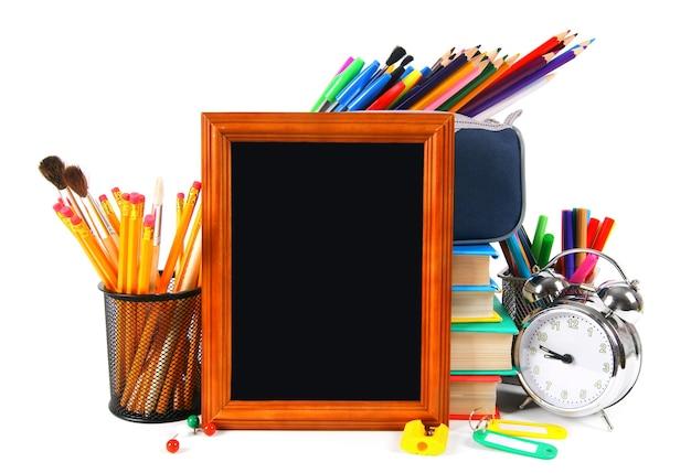 Cadre et outils scolaires sur fond blanc