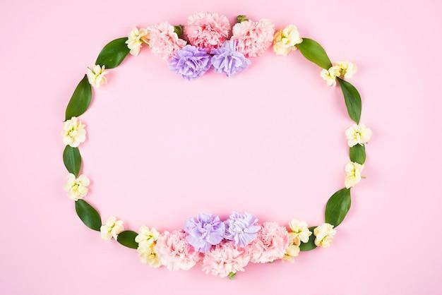 Cadre ovale créatif avec des fleurs et des feuilles