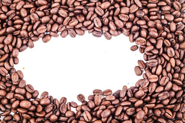Cadre ovale de grains de café torréfiés