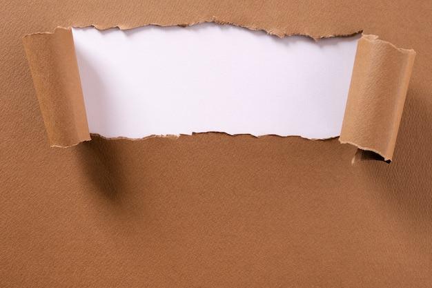 Cadre de papier brun déchiré, bande blanche, bords gondolés