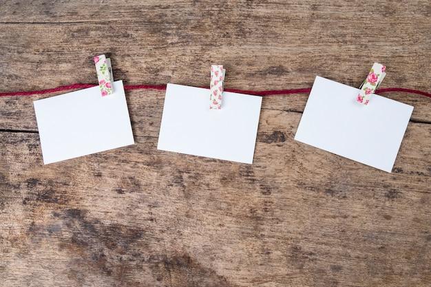 Cadre de papier photo vide sur fond de bois