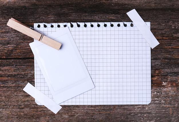 Cadre en papier sur la texture en bois