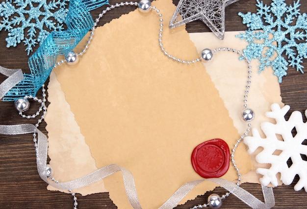 Cadre avec papier vintage et décorations de noël sur fond de bois