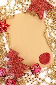 Cadre avec papier vintage et décorations de noël se bouchent