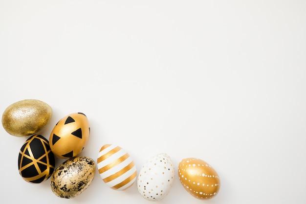 Cadre de pâques oeufs décorés doré isolé sur fond blanc