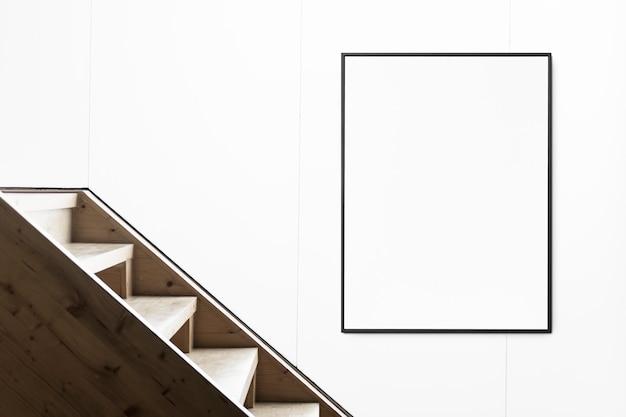 Cadre par escalier sur mur blanc