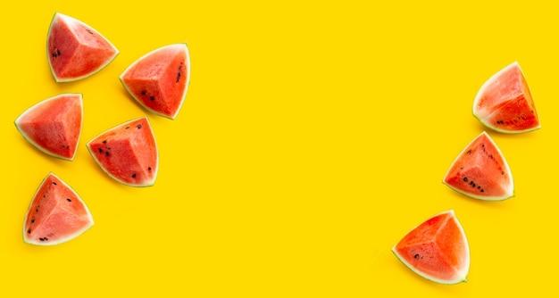 Cadre en pastèque sur fond jaune.